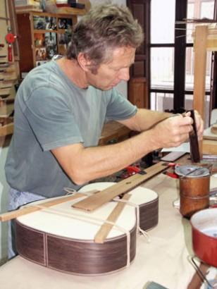 Знаменитый  гитарный мастер Андреас Марви за работой