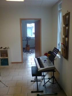 Цифровое пианино, гитара, бубенцы и...мячики