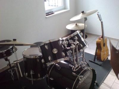 Недостатка в музыкальных инструментах здесь нет. Только играй!