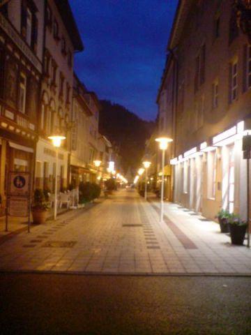 Улицы пусты, но может быть оттого, что все уже просто спят