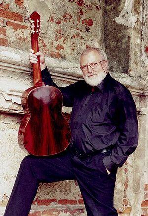 Штепан Рак с любимой гитарой работы Грега Смолмана (фото с официального сайта музыканта)