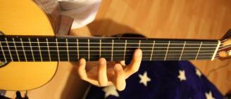 настроить классическую гитару