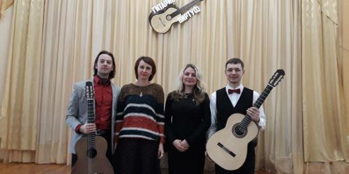 Юрий Нехай и Виталий Дубовик среди лидских гитаристок Людмилой Капкович и Ириной Рыбак