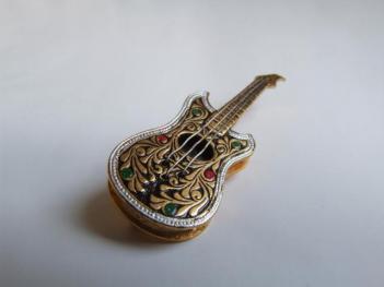 Украшение в виде гитары