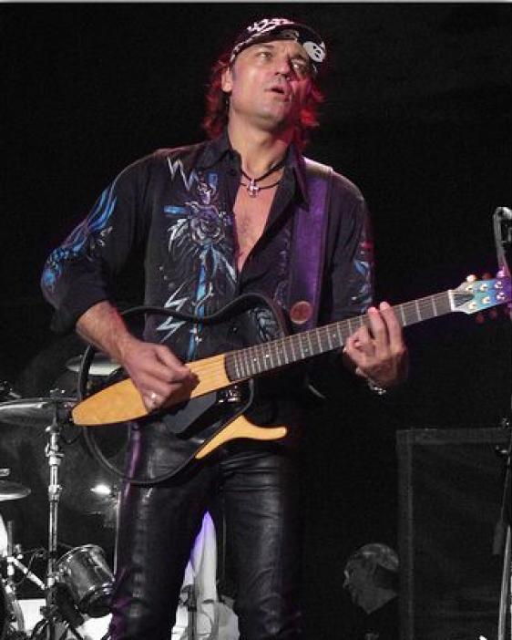 Маттиас Ябс с сайлент гитарой