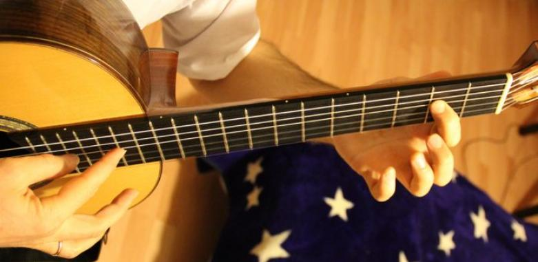 настроить шестиструнную гитару