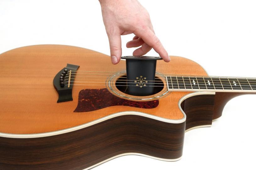 Так производитель предлагает увлажнять воздух в гитаре, поместив увлажнитель на струны внутрь корпуса гитары