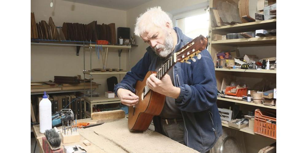 Белорусский гитарный мастер Андрей Кибинь за работой над новым инструментом